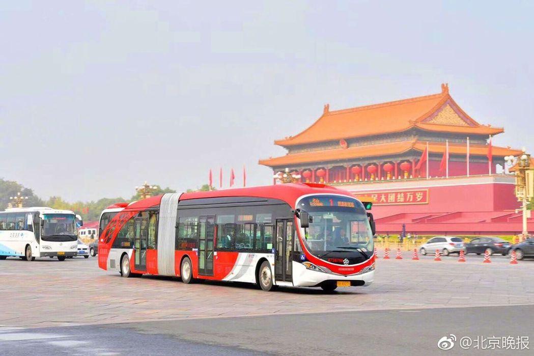 中國紅電動公交車,仿生海豚的流線外型。(取材自北京晚報)