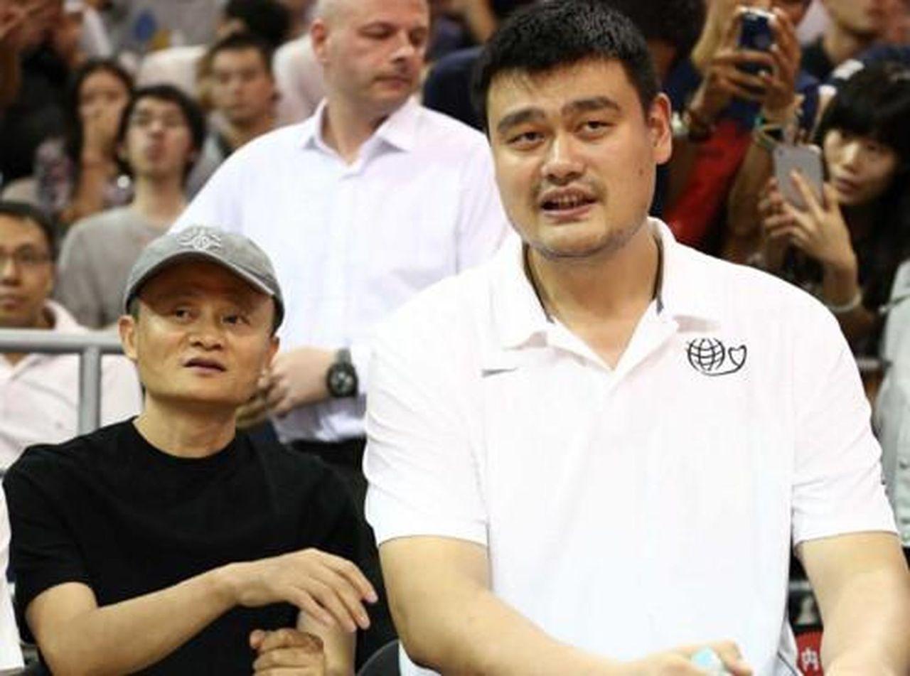 姚明(右)不再是CBA投資人,有傳馬雲(左)正與浙江球隊談判。(取材自中華網)