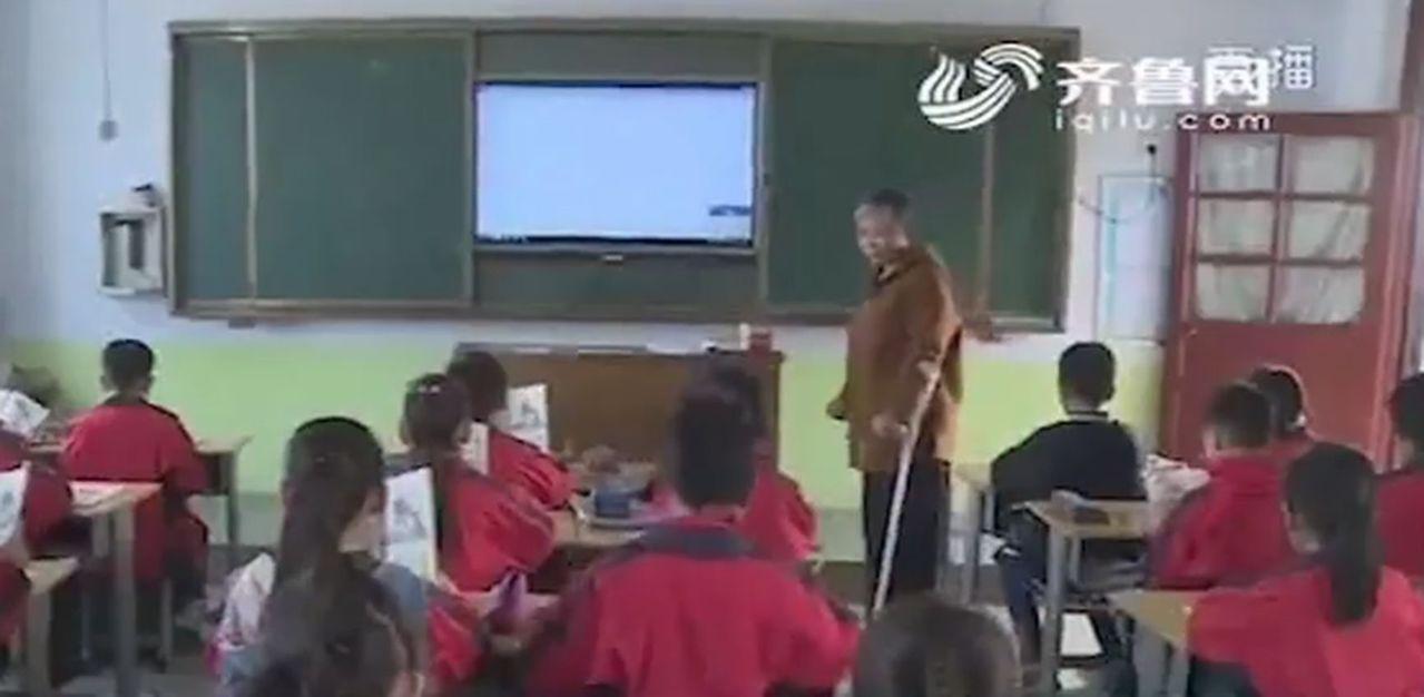 孟凡琴安裝義肢後,用雙腿邁進班上。(齊魯網視頻截圖)