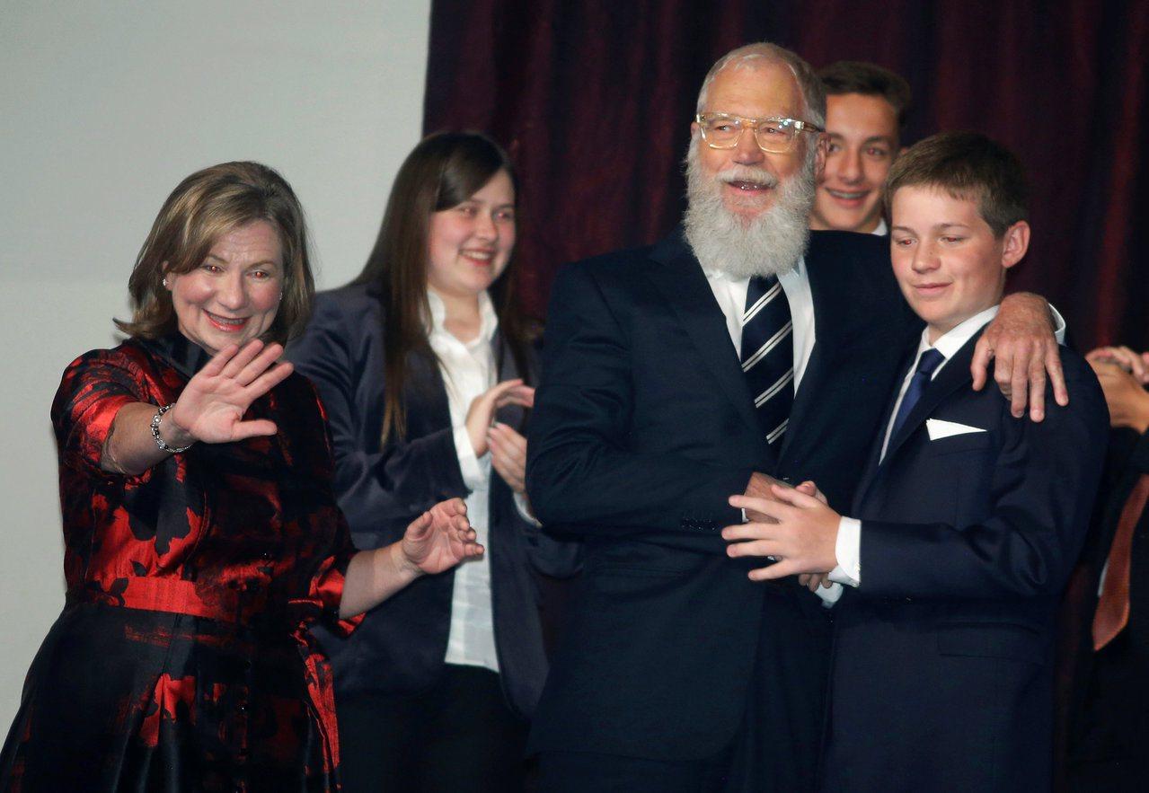 前脫口秀名主持賴特曼(右二)22日在華府獲馬克吐溫幽默獎。圖為他與家人分享光榮。...
