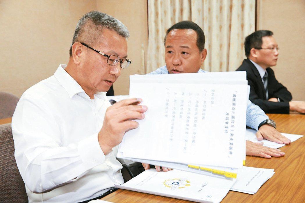 國防部副部長蒲澤春(左)上午前往立法院外交國防委員會就「國軍獵雷艦執行進度」進行...