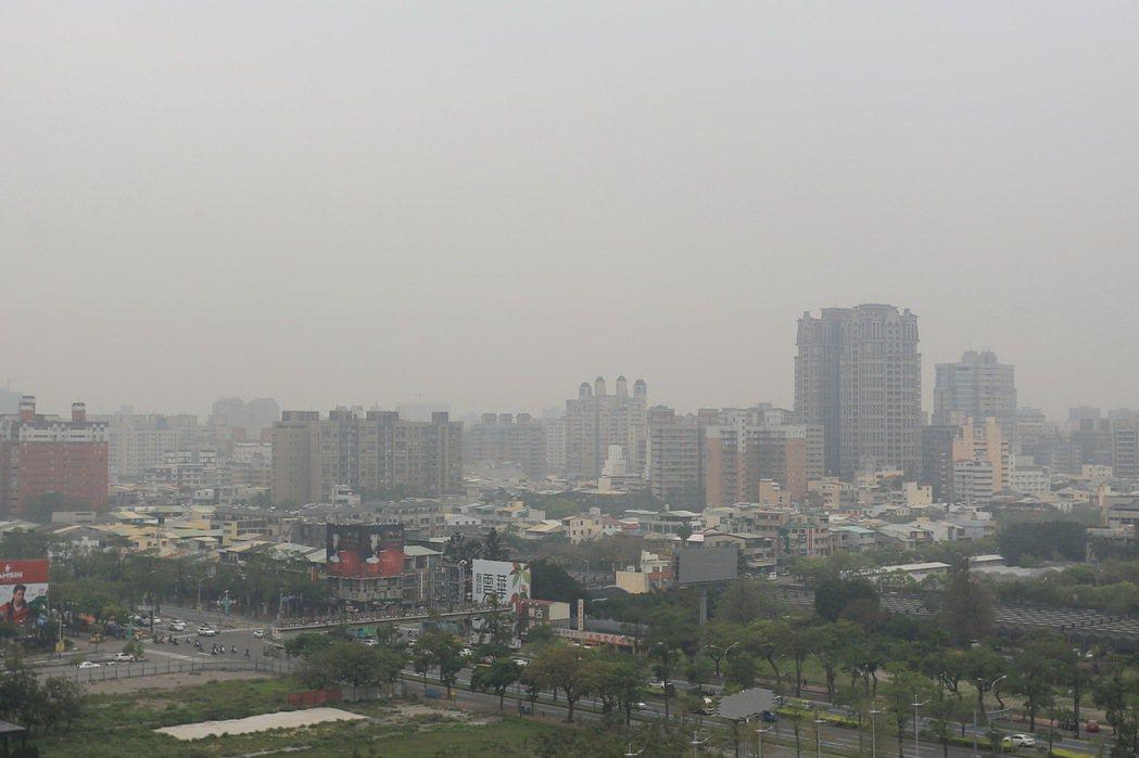 境外汙染季節來了!今天台灣西半部、離島及宜蘭入秋首見灰矇矇,空氣品質指標AQI達...