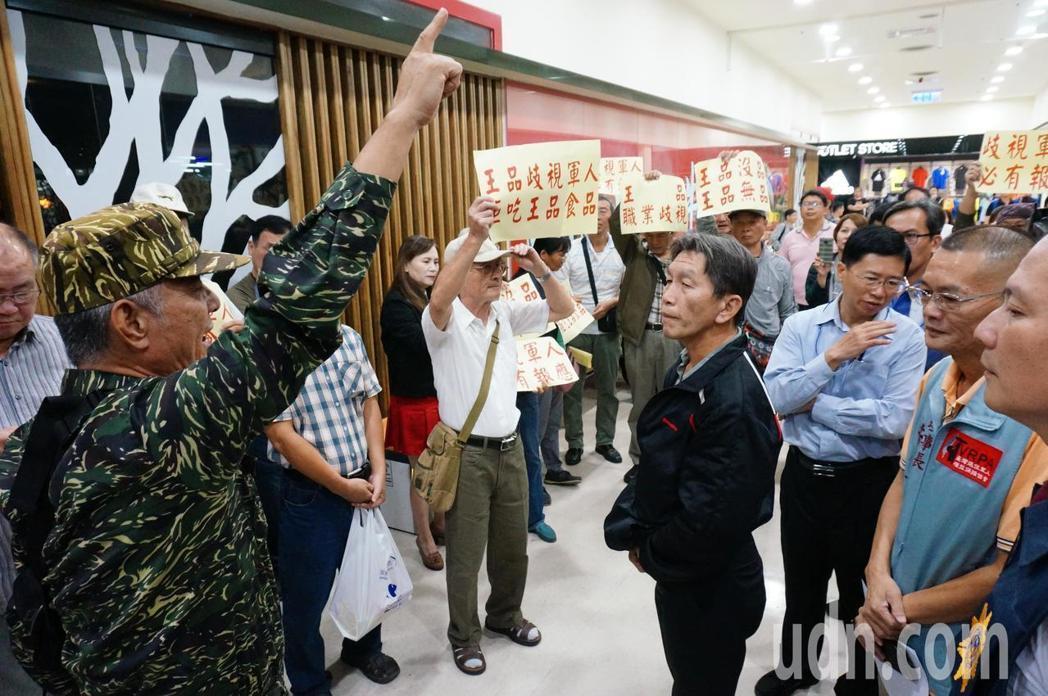 抗議發聲者之一退伍海軍陸戰隊上校團長蔣雲程(左一)。本報系資料照/記者林伯驊攝影