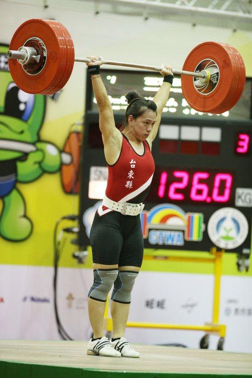 106年全國運動會舉重女子63公斤級賽事23日在宜蘭縣立東光國民中學進行,舉重女...