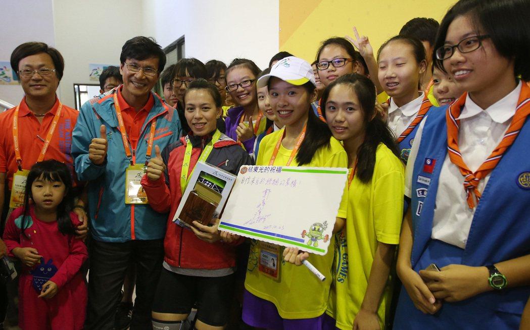 舉重女將郭婞淳(前左3)23日在106年全國運動會舉重女子63公斤級賽事,以抓舉...