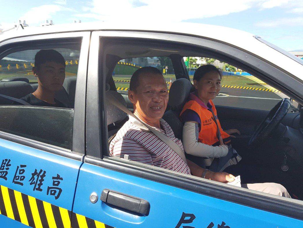 2017年公路總局台東監理站出現有史以來首位女性汽車考驗員吳孟倩(右後),讓許多...