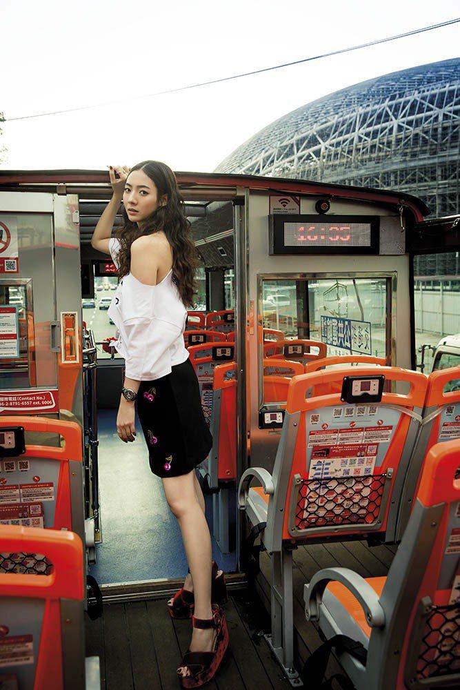 櫻桃圖案A字裙(Kate Spade);紅絲絨厚底涼鞋(Alice & Oliv...
