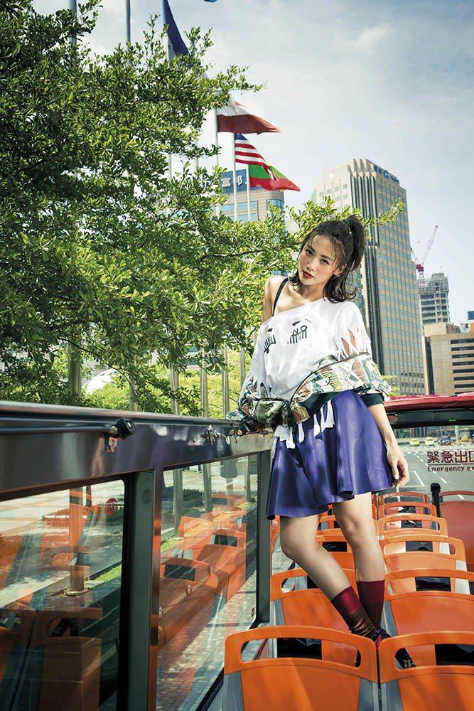 圖紋棒球外套(Burberry);皮革傘狀短裙(Longchamp);刺繡粗跟高...