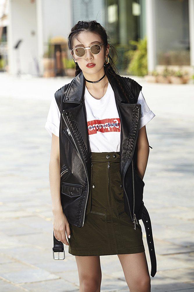 白T恤(Debbie私服);軍綠吊帶裙(Moschino);流蘇皮背心(AllS...