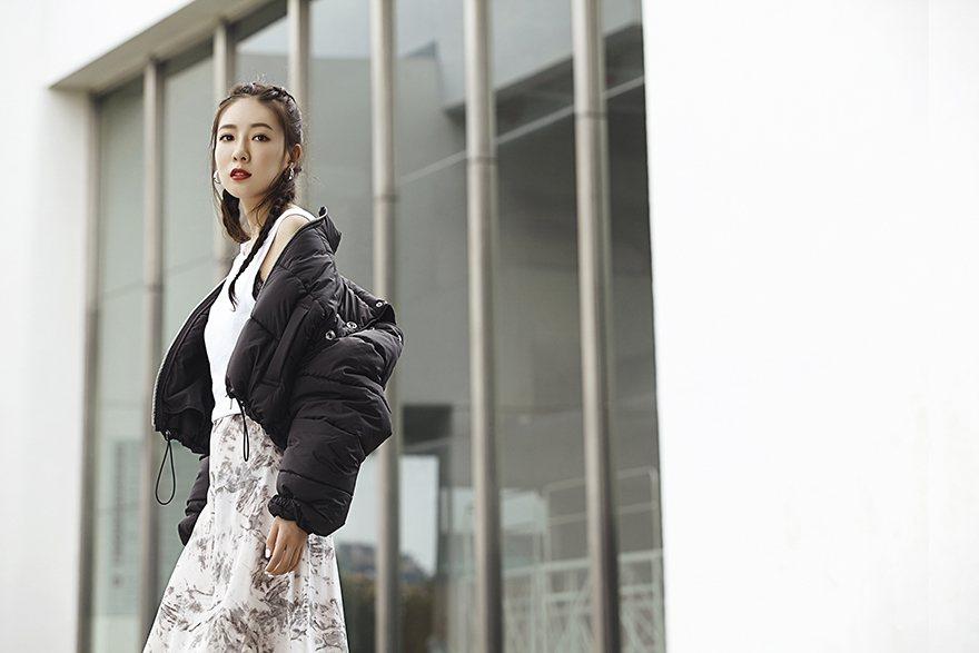 白背心(H&M);銀色圓耳環(CELINE);灰白暈染蕾絲洋裝(AllSaint...