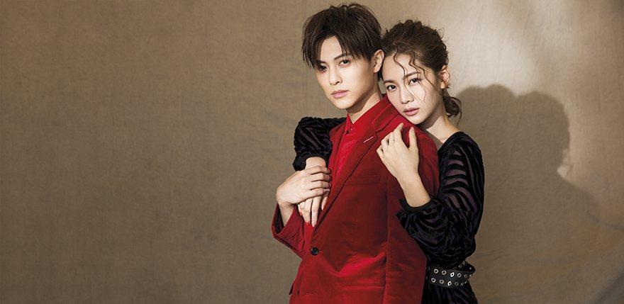 王子:紅色燈芯絨襯衫、紅絲絨西裝外套(Dior);喬喬:紫羅蘭透紗提花洋裝、黑色...