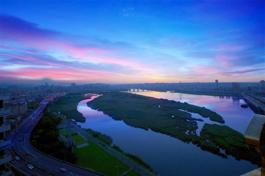 從全坤雲峰坐擁壯闊視野的河岸第一排美景。