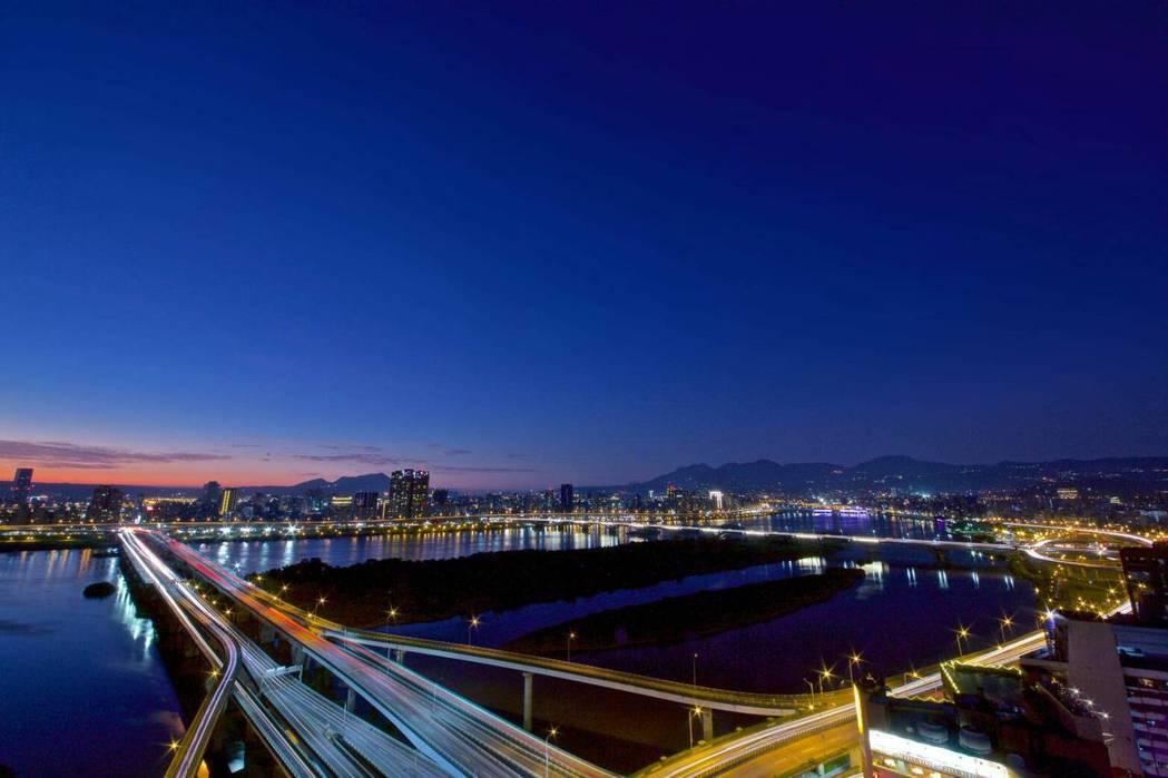 無論晝夜,「全坤雲峰」都能享受層峰河岸景緻。