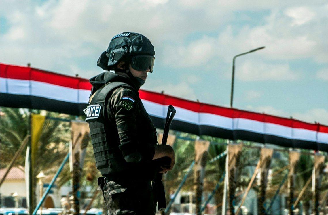 資料圖片:一場反恐突襲,竟成了54名埃及警察在沙漠中被殲滅屠殺的國家級慘劇。...