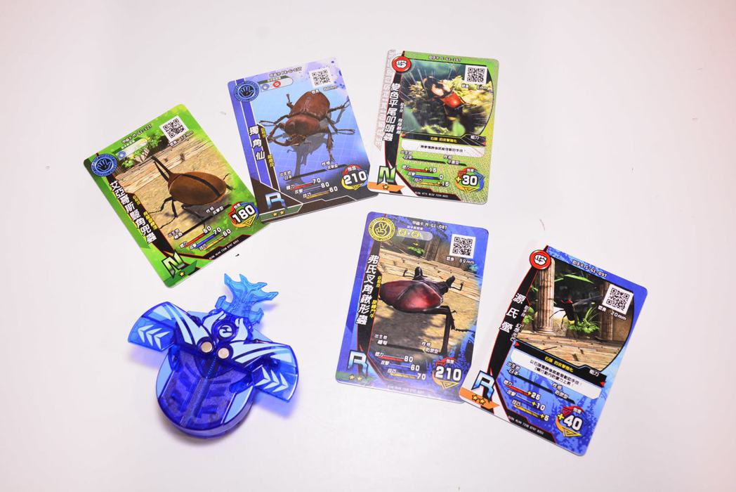《新甲蟲王者》各式卡牌,還有施放大絕的V徽章!
