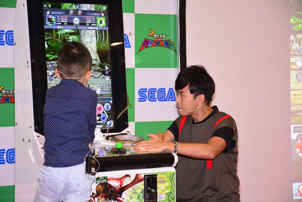 西瓜哥哥與小朋友進行「新甲蟲王者」熱血PK。