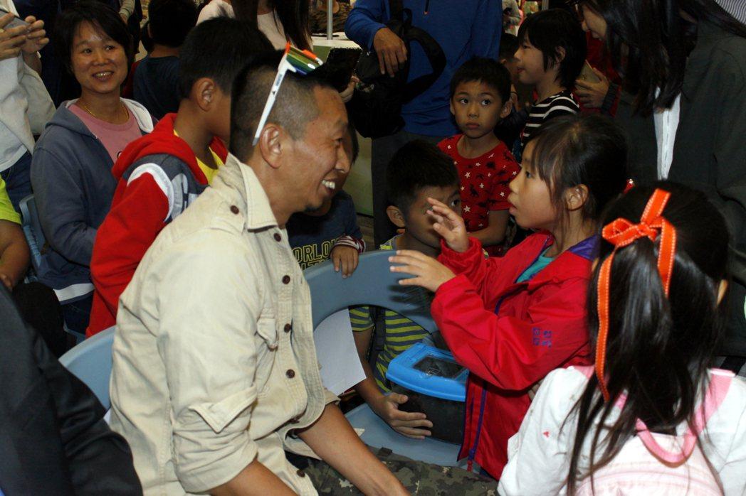昆蟲達人-黃仕傑與孩子相見歡,啟發學童昆蟲知識!