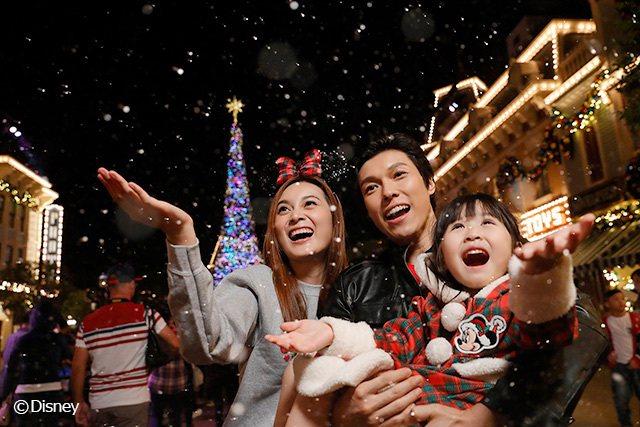 置身於溫馨歡騰的冬日樂園,感受漫天飄雪、悠揚歌韻和閃爍燈飾下的聖誕佳節。 圖...