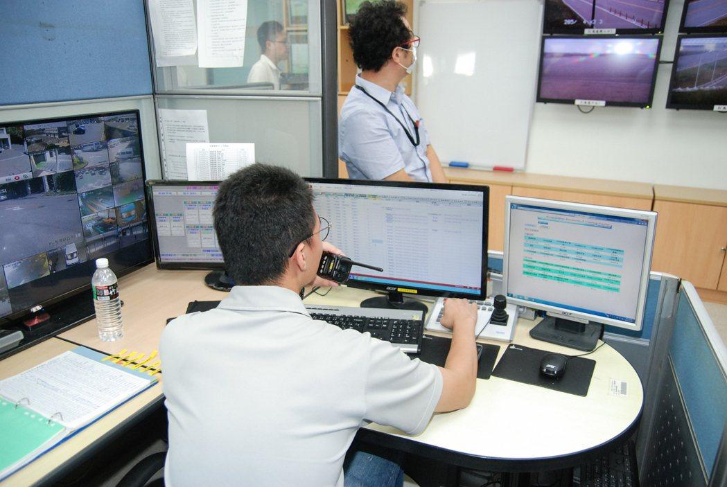 ARTC 試車場為24小時開放,塔台人員會透過無線電即時回報測試人員需求,像是當下風速、氣溫、溼度等氣象資訊,提供更準確的測試協助。 記者林鼎智/攝影