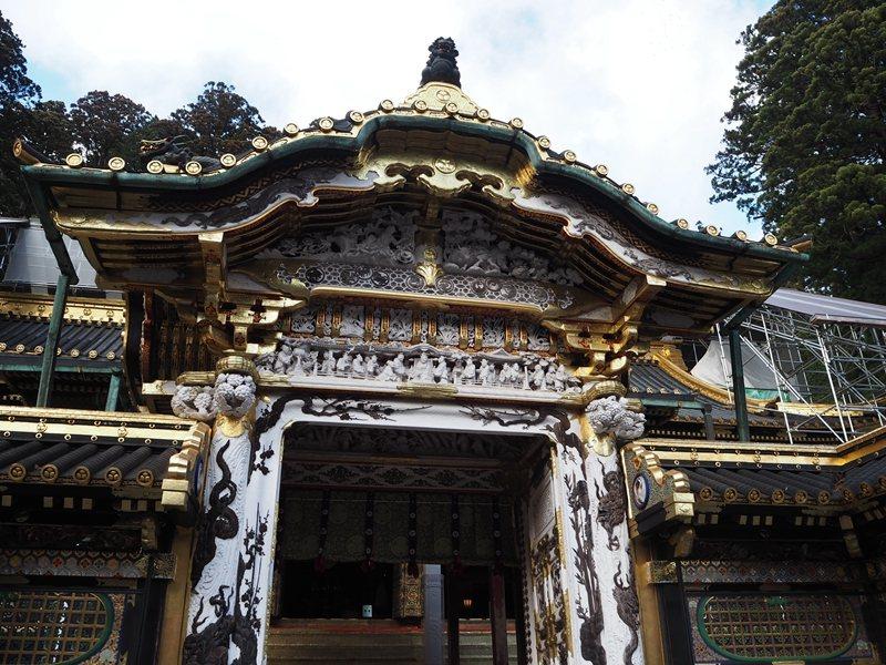 東照宮建築深受中國文化影響,堂門上的雕刻裝飾可見堯舜禪讓典故。