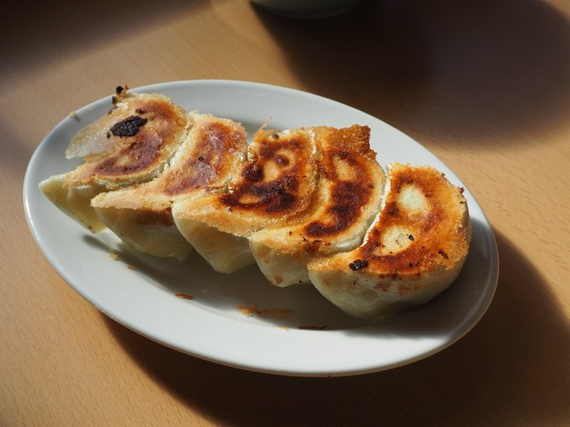 焼き餃子(煎餃 5 顆)¥410/焦脆的餃子皮中包裹著以蔬菜為主的紮實內餡,獨特...