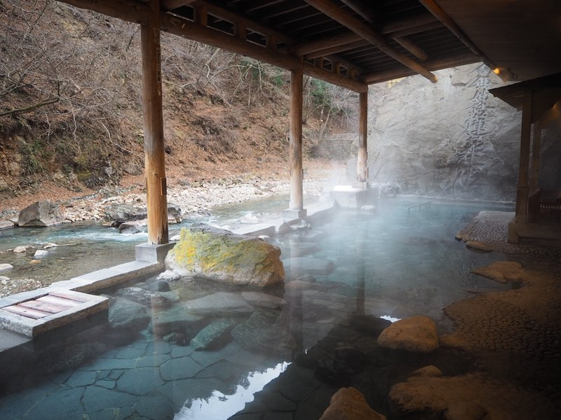 四萬溫泉鄉共有21條源泉,其中山口館就擁有4條,館內包含露天溫泉與大浴場共有3座...