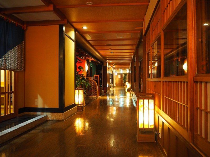 旅館走廊上放有早期日本在街上設置照明的燈籠,營造歷史氛圍。