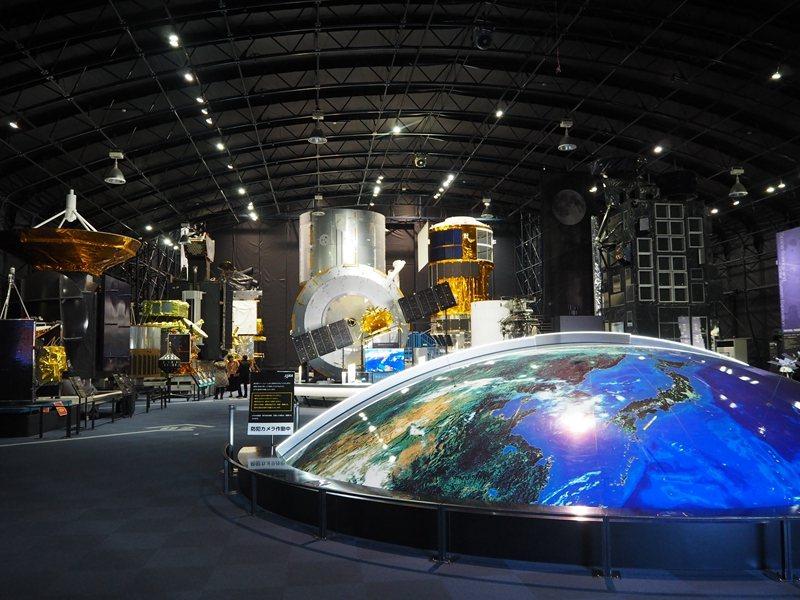 展覽空間內可以看到目前為止人造衛星、火箭的設計流變,還能進入太空艙探險。