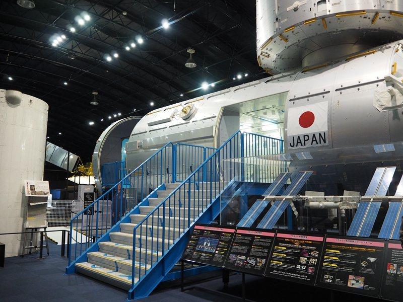 日本實驗太空艙「希望號」模型內,可以看到不同國家在此實驗留下的紀錄,站在艙內能夠...
