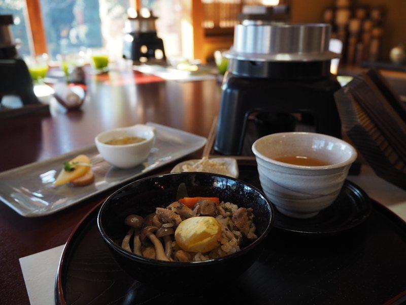 飄著濃濃香氣的釜飯令人食指大動,菇類、番薯、蘿蔔等配料搭配茶葉雜煮出絕妙滋味。
