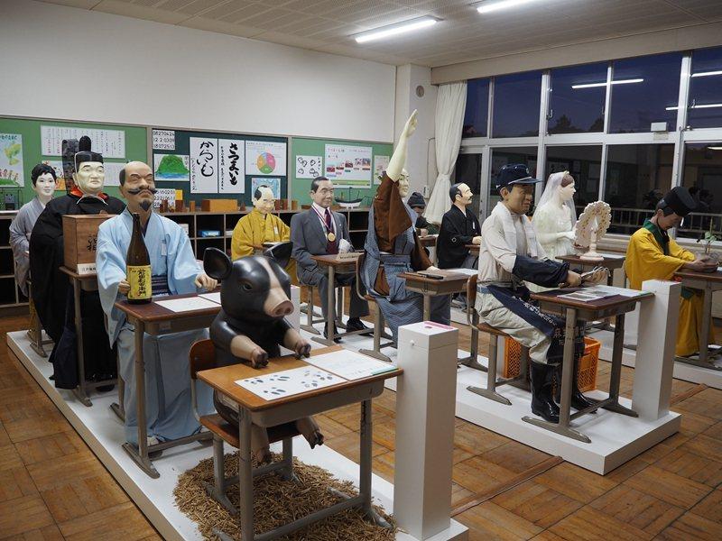 教室內坐著與薩摩番薯擁有深厚淵源的人物蠟像,除了日本歷史人物外,也有許多外國人以...