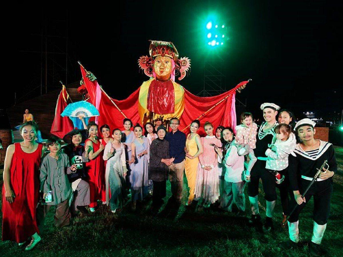 淡水環境藝術節「環境劇場」由近二百位在地素人無酬、熱情的演出,要讓淡水的故事永遠...
