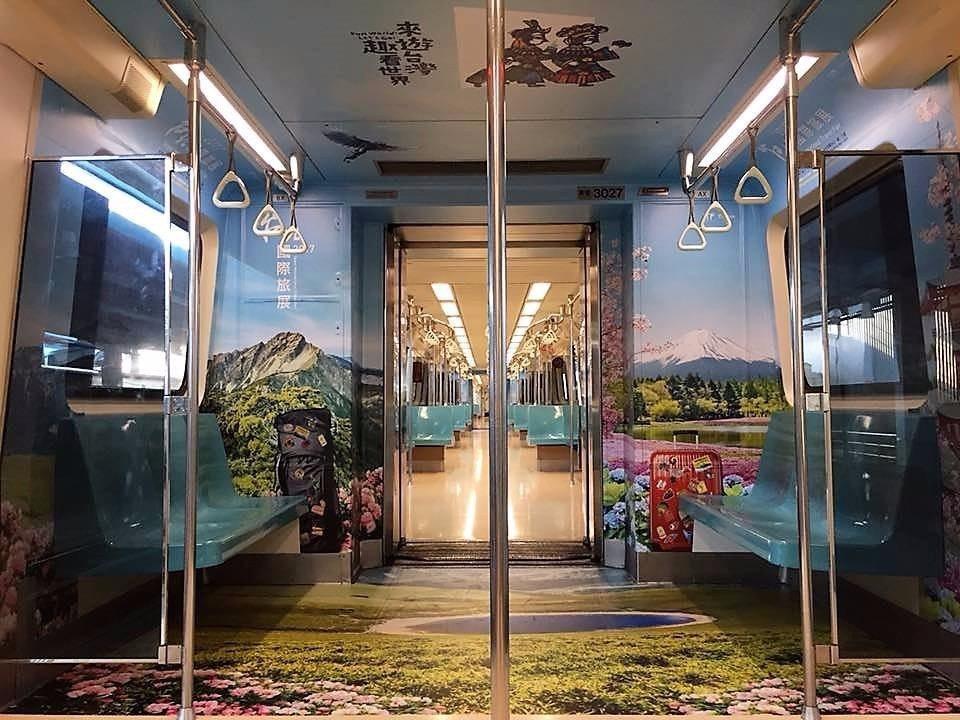 旅展彩繪車箱在淡水信義線。(提供/台灣觀光協會)