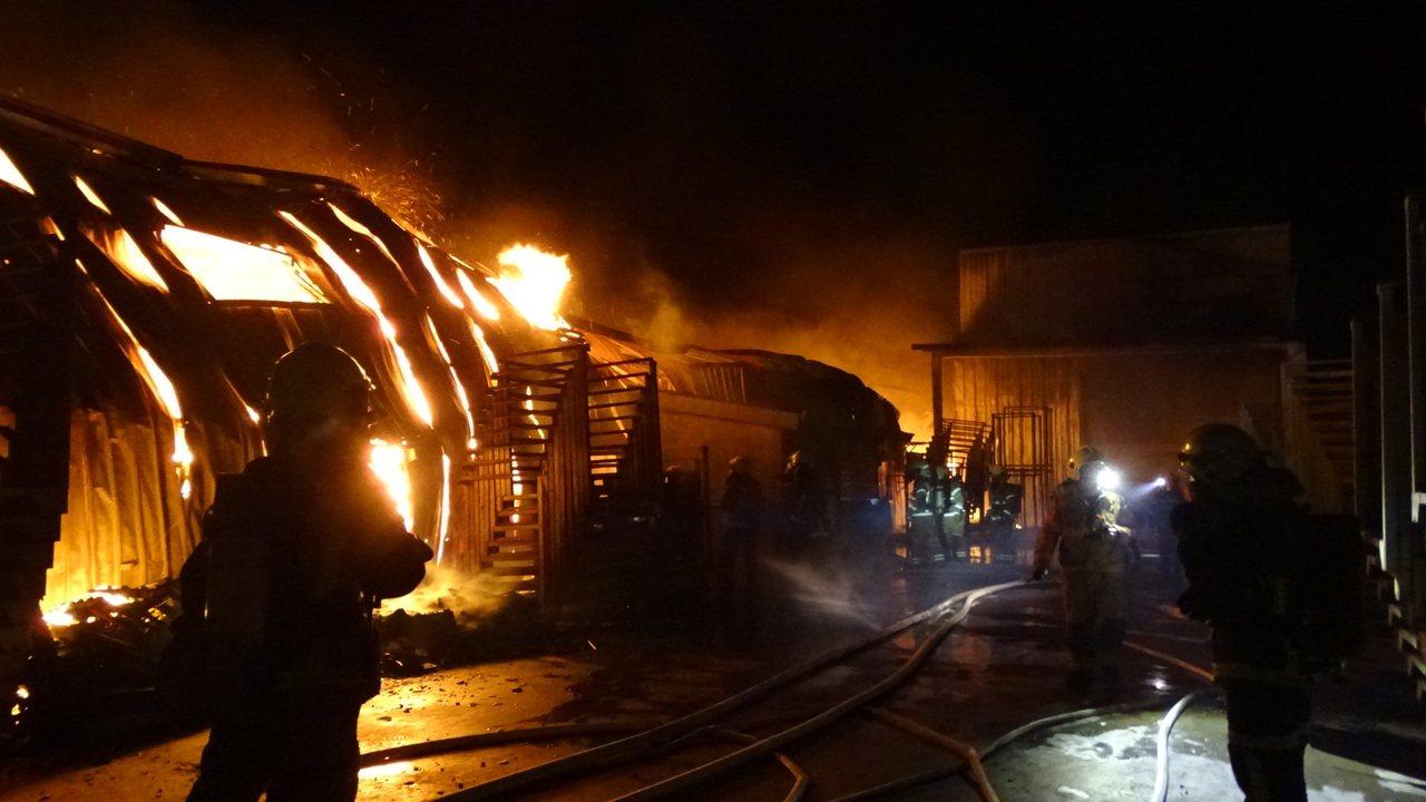 火舌延燒迅速,消防隊員深入火場灌救。記者謝進盛/攝影