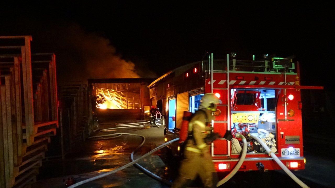 趕抵的消防隊員迅速投入灌救。記者謝進盛/攝影