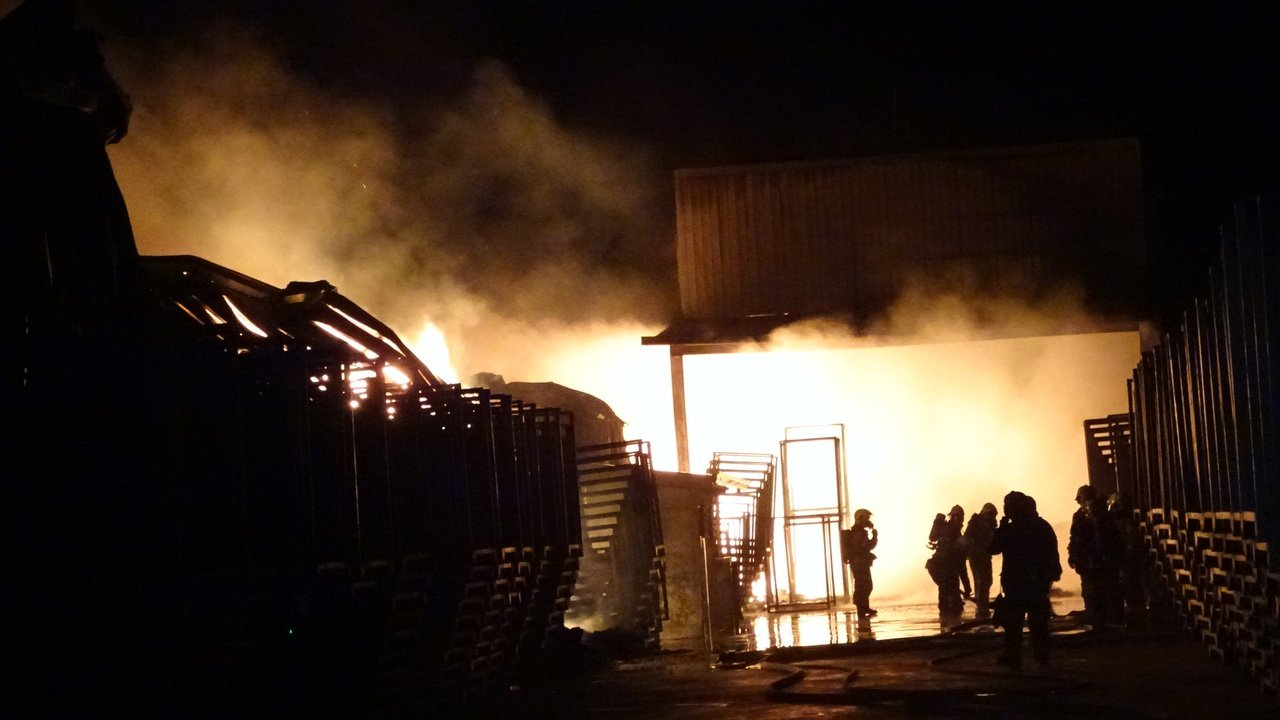 台南七股蒜頭倉庫22日深夜大火,全面燃燒中。記者謝進盛/攝影