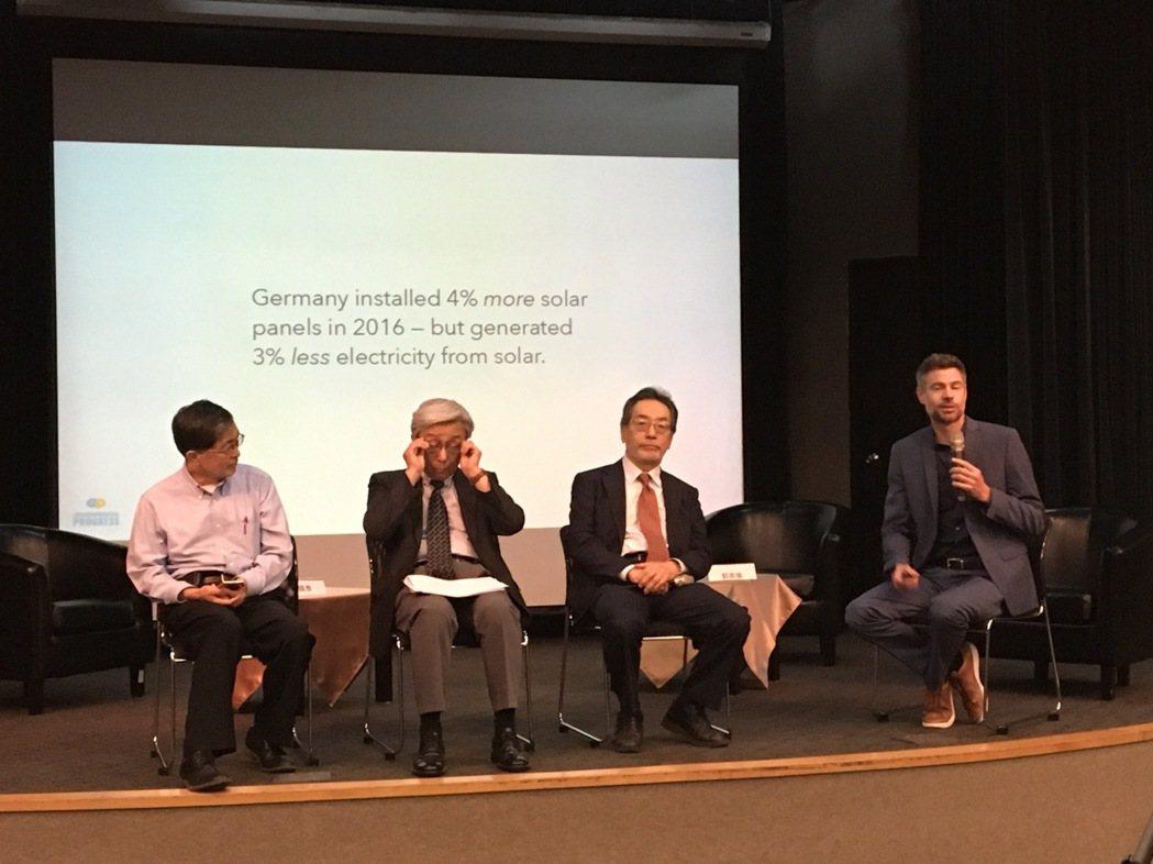 麥可謝倫伯格(右一)今天與前環保署長魏國彥(左一)對談,兩位日韓學者也出席。記者...