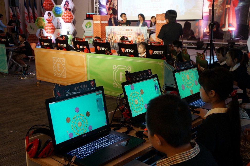 新北市「英雄之戰」電競賽使用微星提供的電競筆電,同學們攻城掠地更具臨場。 微星/...