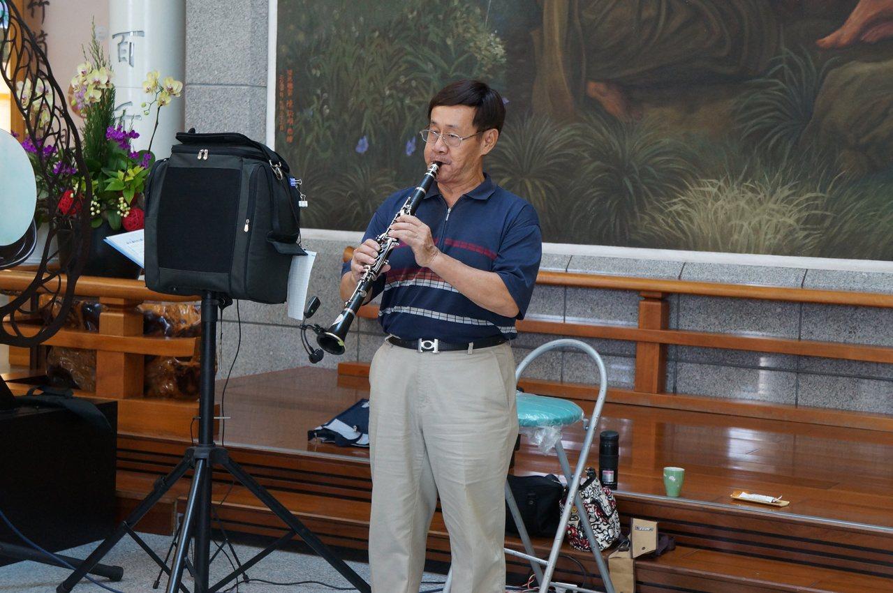 癌母捐大體後,退休消防員70歲邱伯禧發願做音樂志工。圖/大林慈濟醫院提供