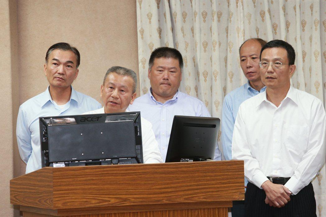 國防部副部長蒲澤春(左二),指獵雷艦案未來走向,分別是慶富繼續履約、其他船廠承接...