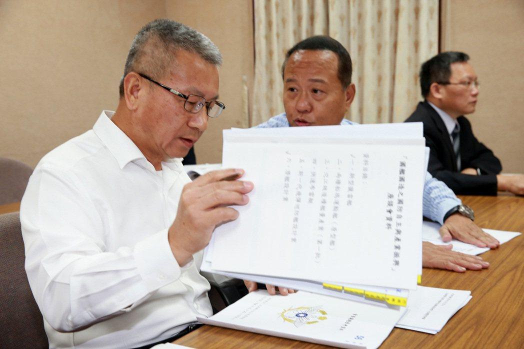 國防部副部長蒲澤春(左),指獵雷艦案未來走向,分別是慶富繼續履約、其他船廠承接、...