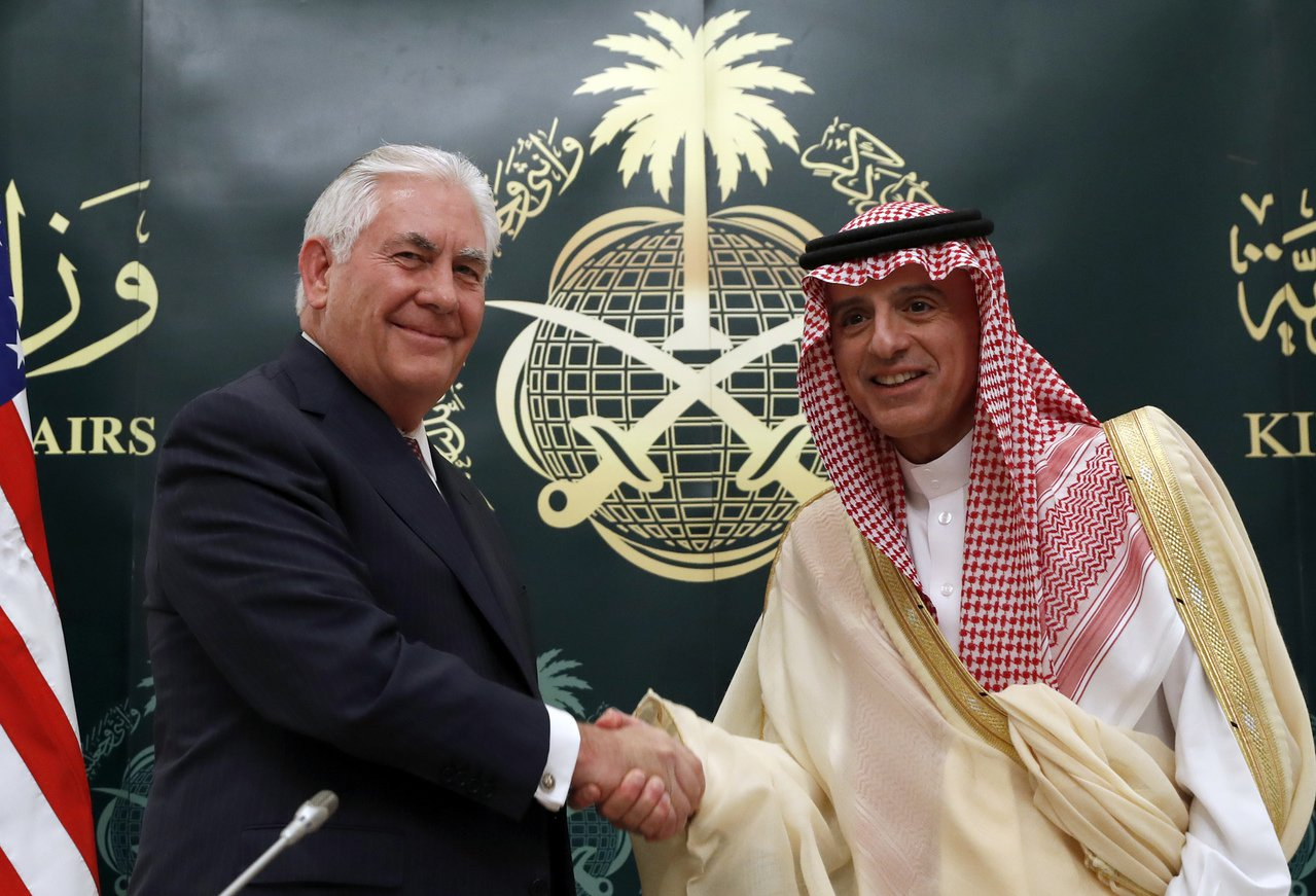 美國國務卿提勒森(左)22日在利雅德會晤沙國外交部長朱貝爾。美聯社