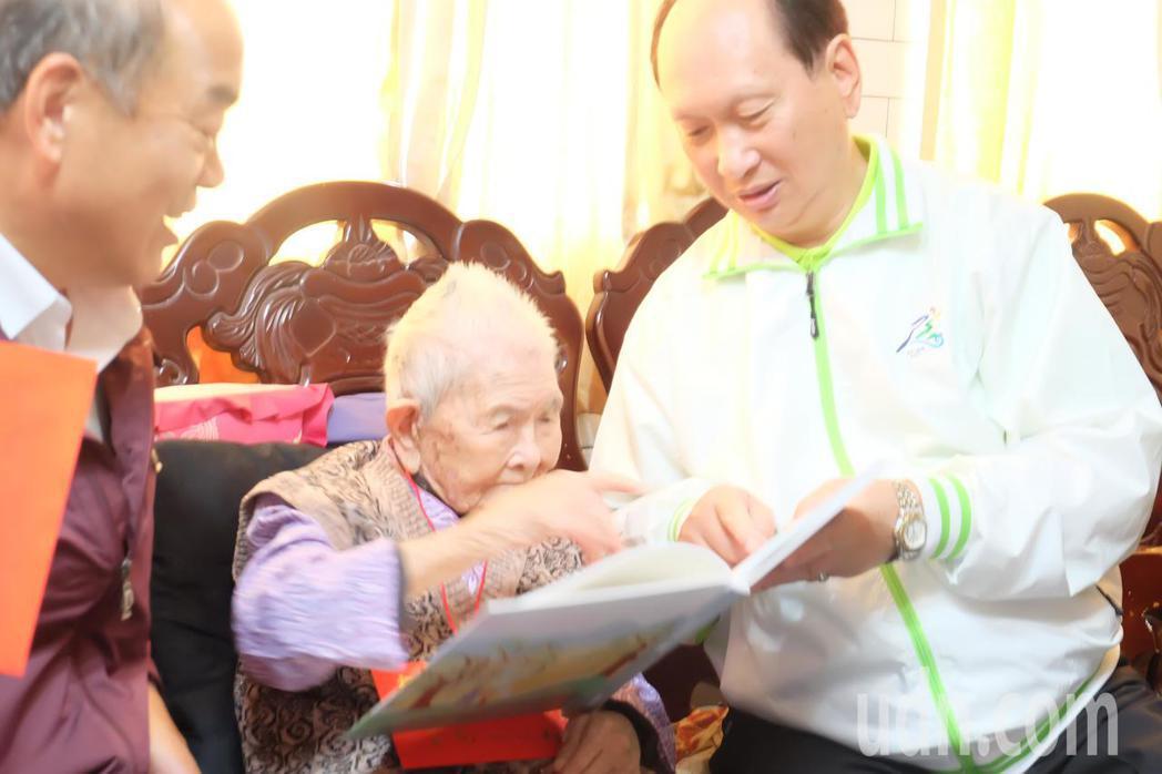 宜蘭縣代理縣長吳澤成今天拜訪縣內人瑞,送上禮物和紀念品。記者張芮瑜/攝影