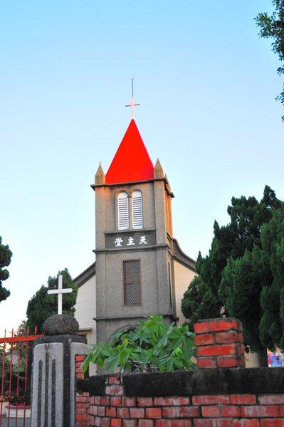 雲林縣大埤鄉豐岡村有140年歷史的「聖玫瑰聖母天主堂」,教堂尖聳的屋頂延伸向天空...