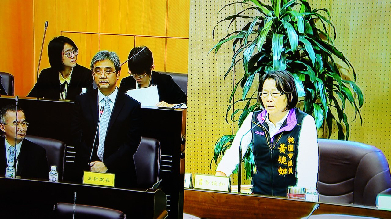桃園市政府主計處長林世杰(左)今天在議會答詢多次答不出來,讓市議員黃婉如痛斥,林...