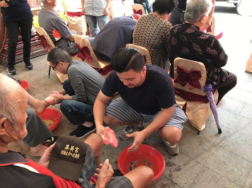 彰化縣鹿港鎮永安宮等3個團體合辦敬老活動,家屬為長者洗腳。記者簡慧珍/攝影