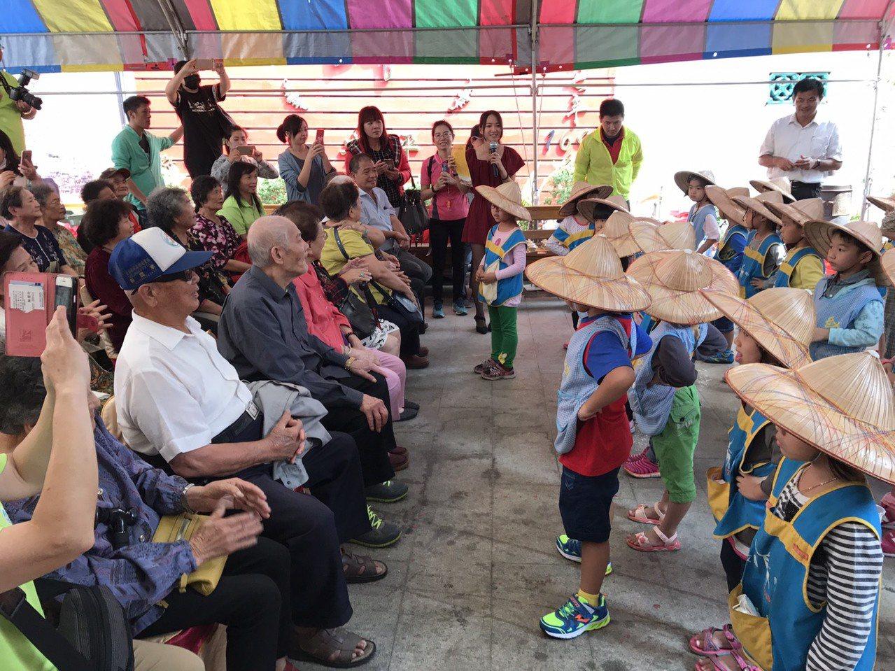 彰化縣鹿港鎮文開國小幼童跳舞,讓長者感到開心。記者簡慧珍/攝影