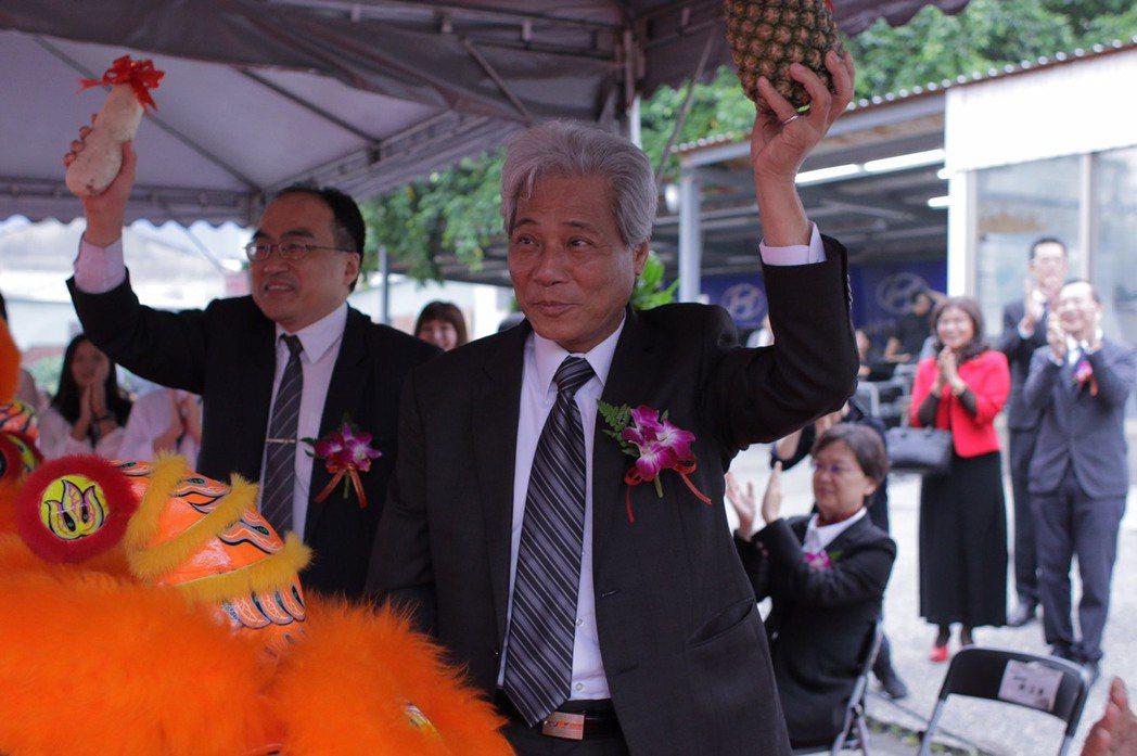 三陽工業吳清源董事長(右一)與經濟部工業局呂正華局長(左一)祝開工好彩頭