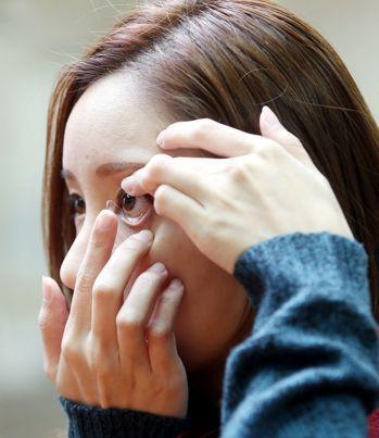 圖為民眾戴隱形眼。本報資料照