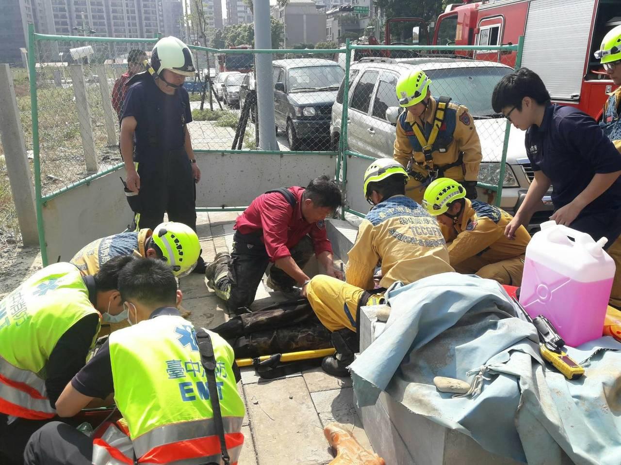 台中市建設局上午在崇德9路進行下水道抓漏工程,有3名工人疑因吸入過量的一氧化碳送...